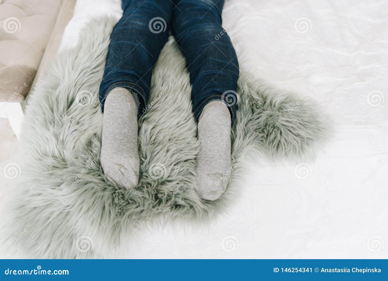 De voeten van de vrouw aangezien zij op bed ligt