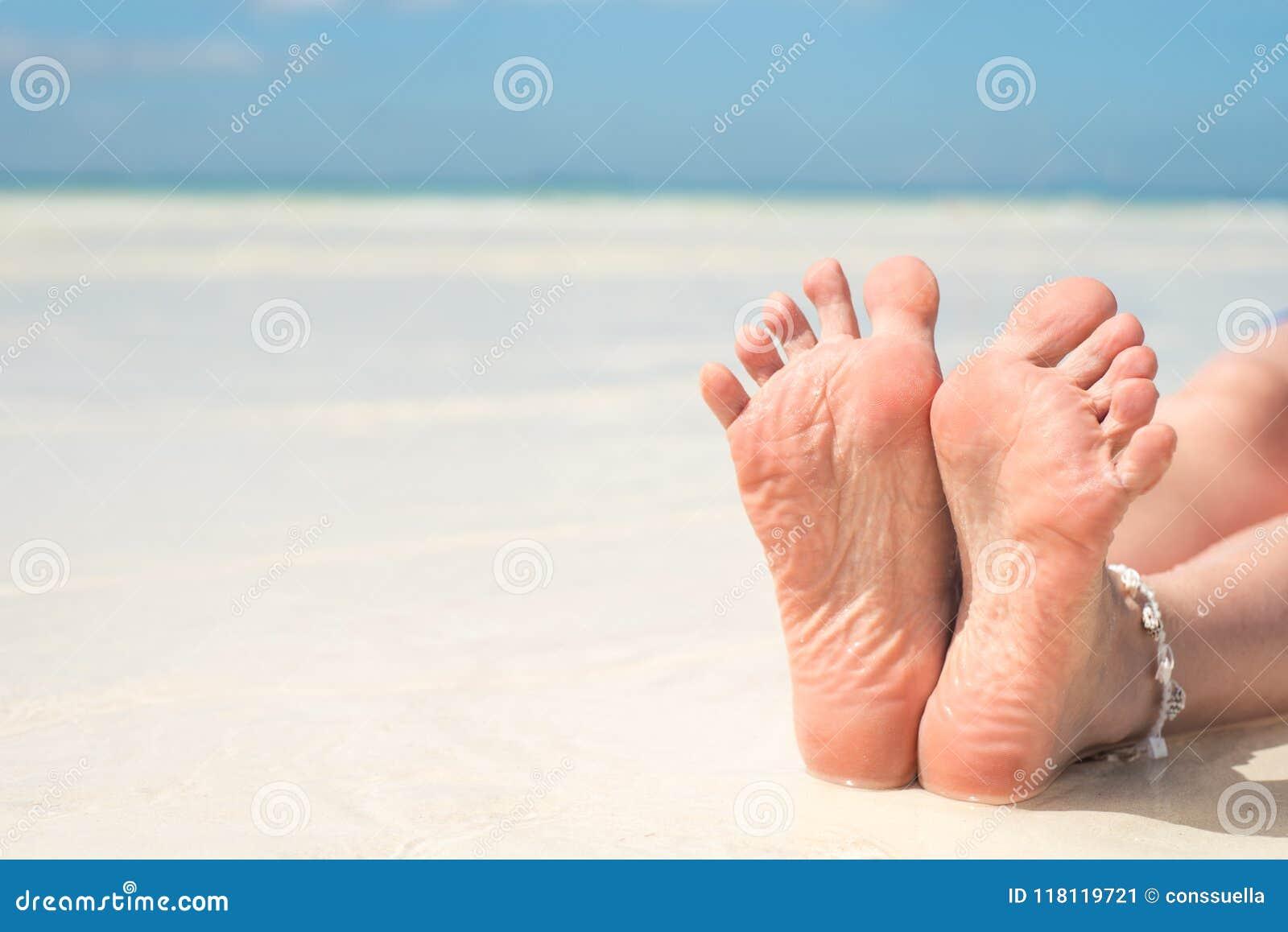 De voeten van vrouwen, op het strand, concept, toerisme, pedicure, het verzorgen