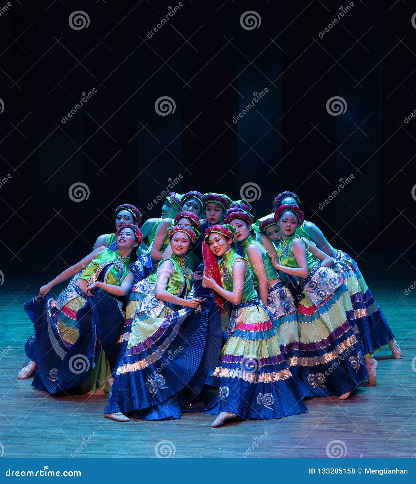De volksdans van de Meisjes 3-Axi sprong-Yi van het Yikostuum