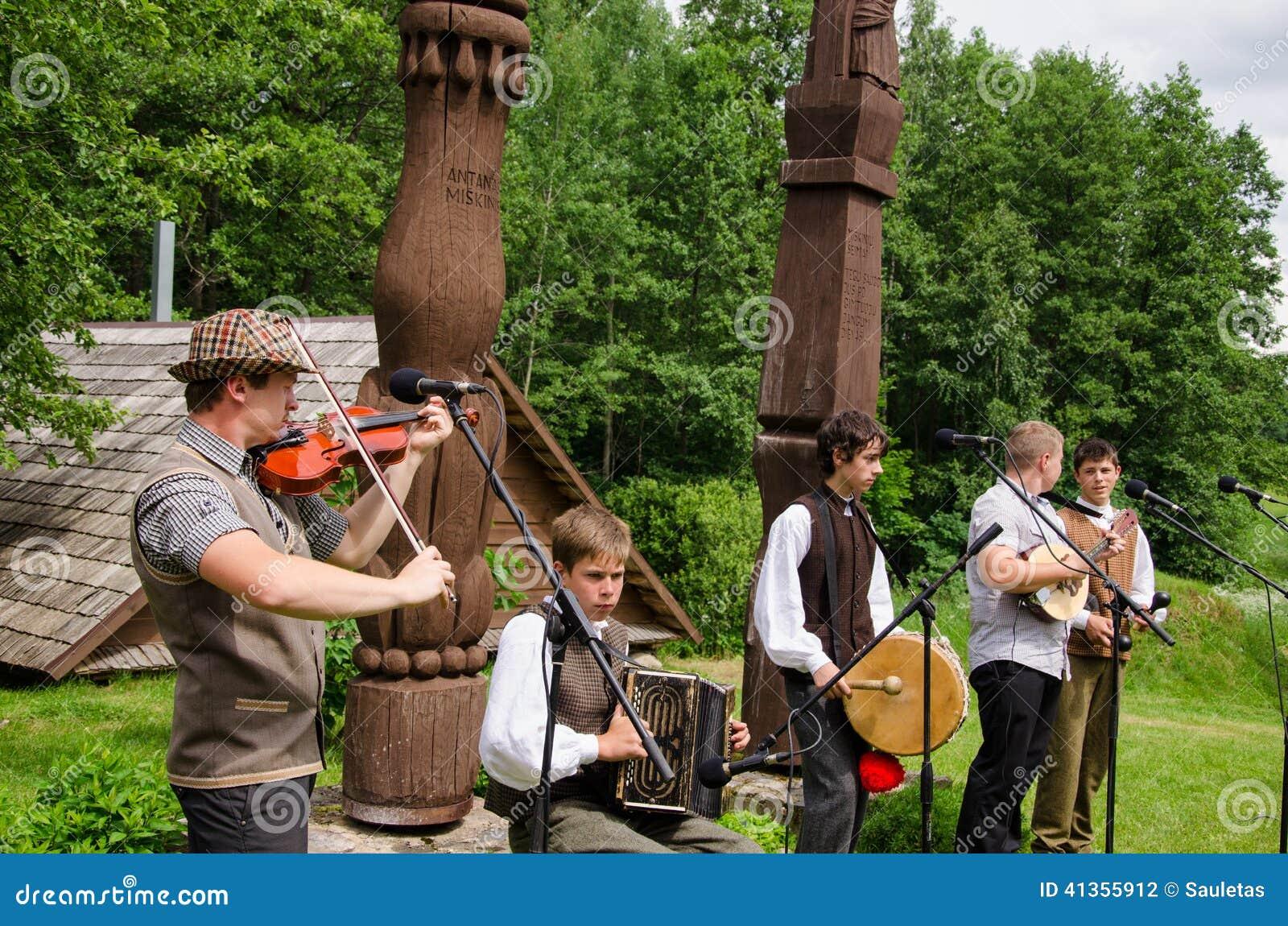De volksmuziek van het de bandspel van het jongensland met instrumenten