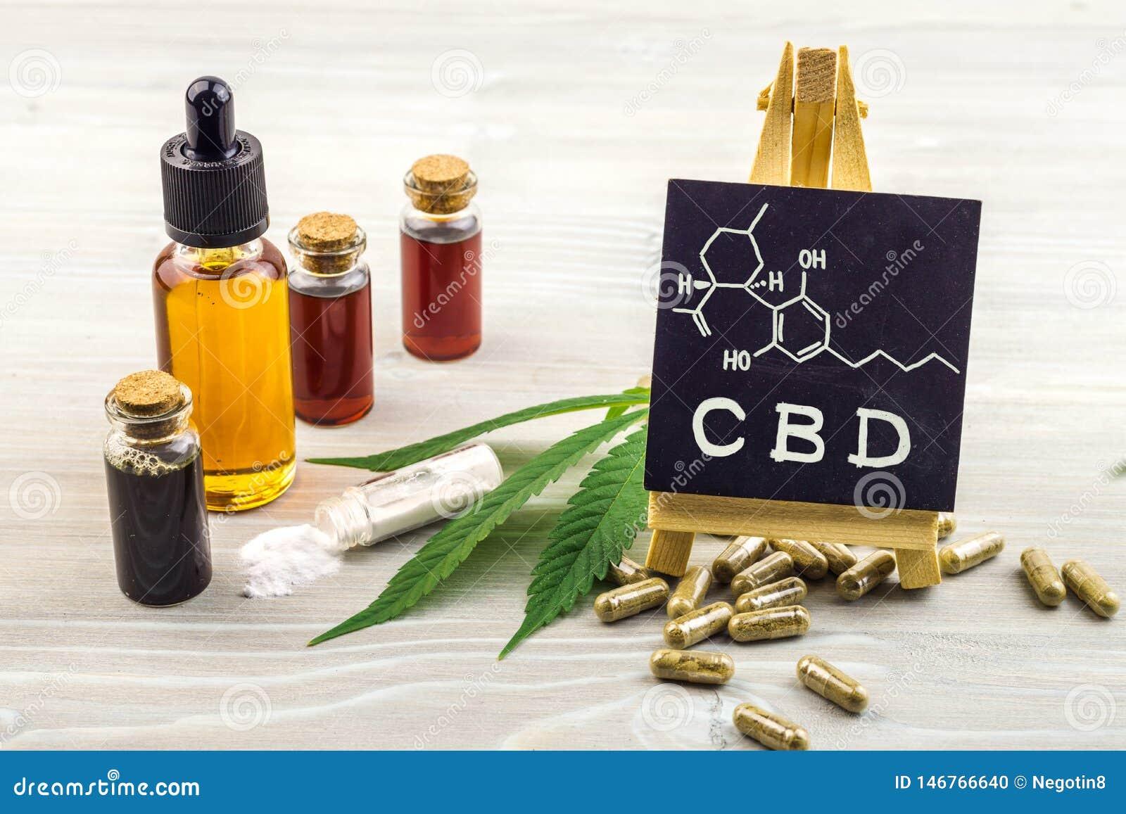 De volledige oli?n, de capsules en de kristallen van spectrumcannabidiol CBD isoleren met klein bord met CBD-woord en chemische s