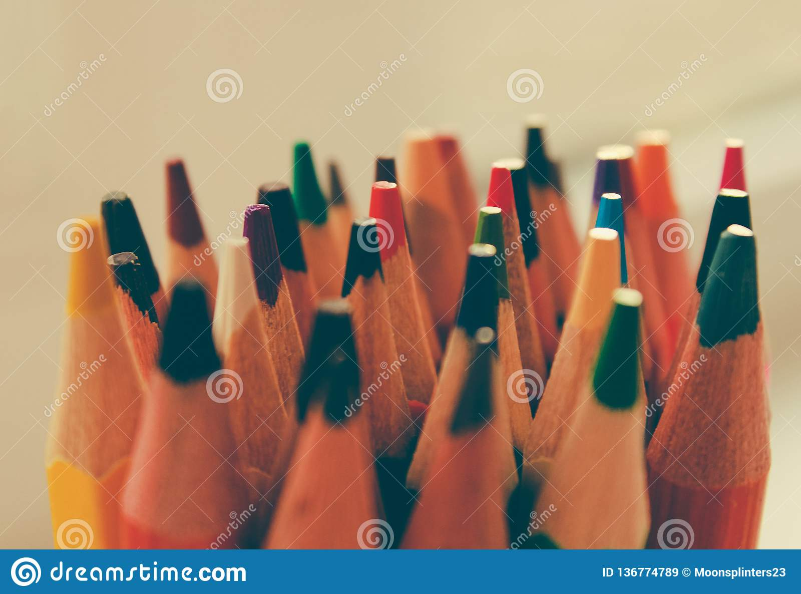 De volta à escola, conceito dos lápis coloridos em um fundo amarelo de papel textured para esboçar Matizado em um na moda e