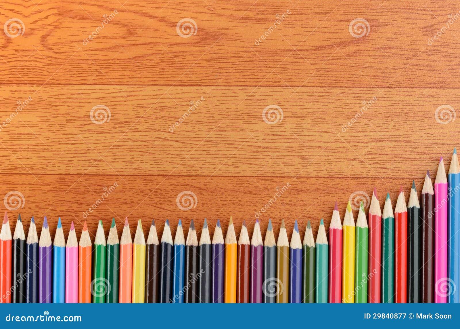 De volta aos lápis da cor da escola no fundo