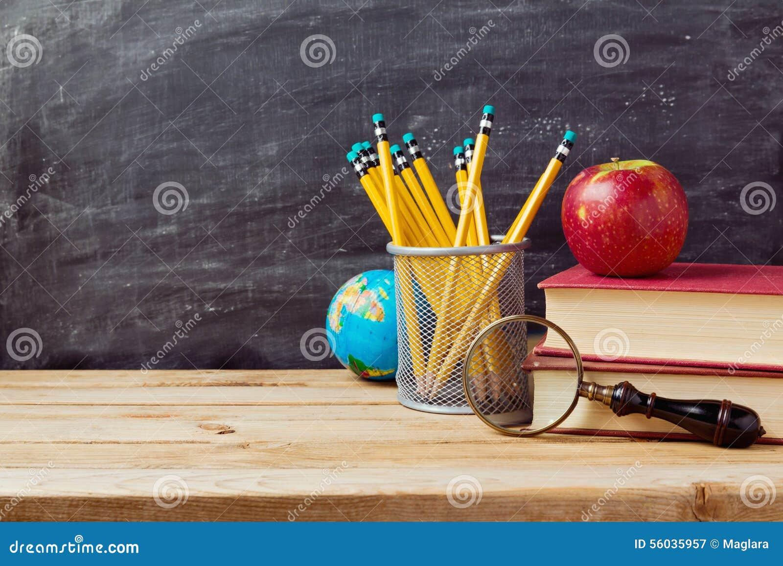 De volta à escola o fundo com professores objeta sobre o quadro
