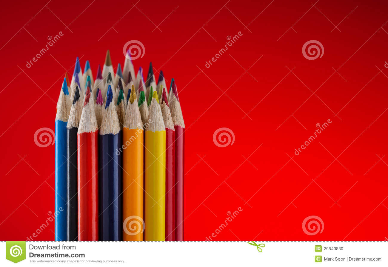 Lápis da cor no fundo vermelho