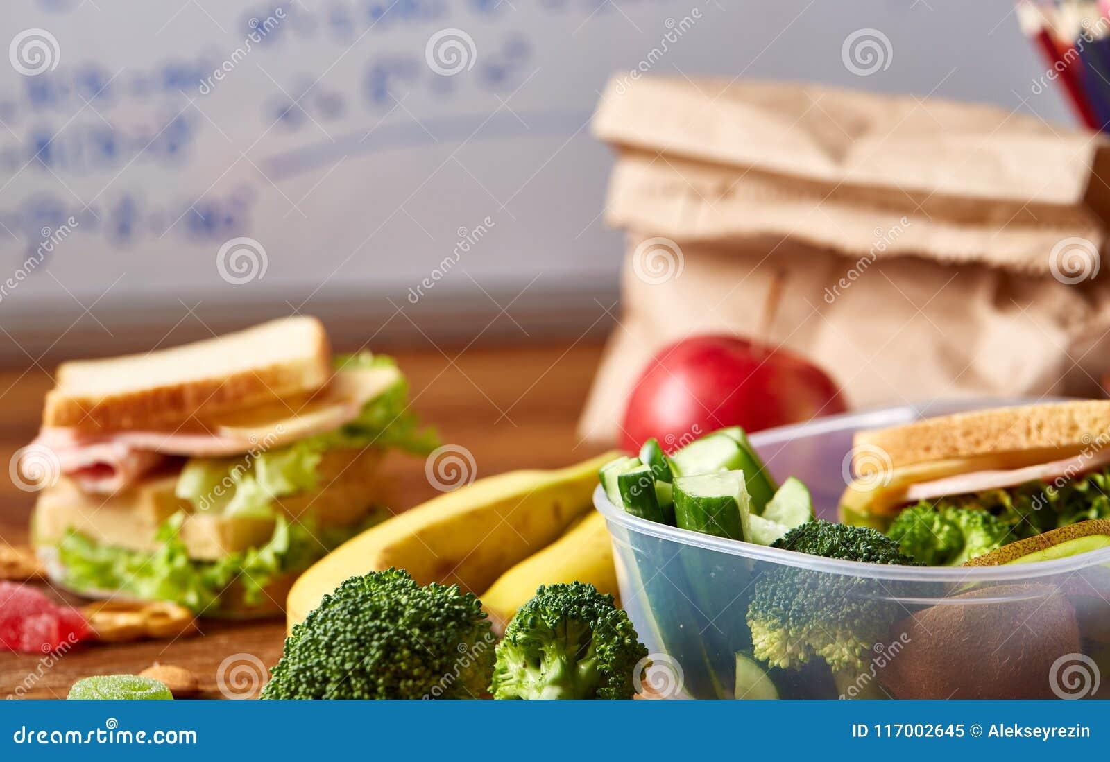 De volta ao conceito da escola, as fontes de escola, biscoitos, embalaram o almoço e a cesta de comida sobre o quadro branco, foc