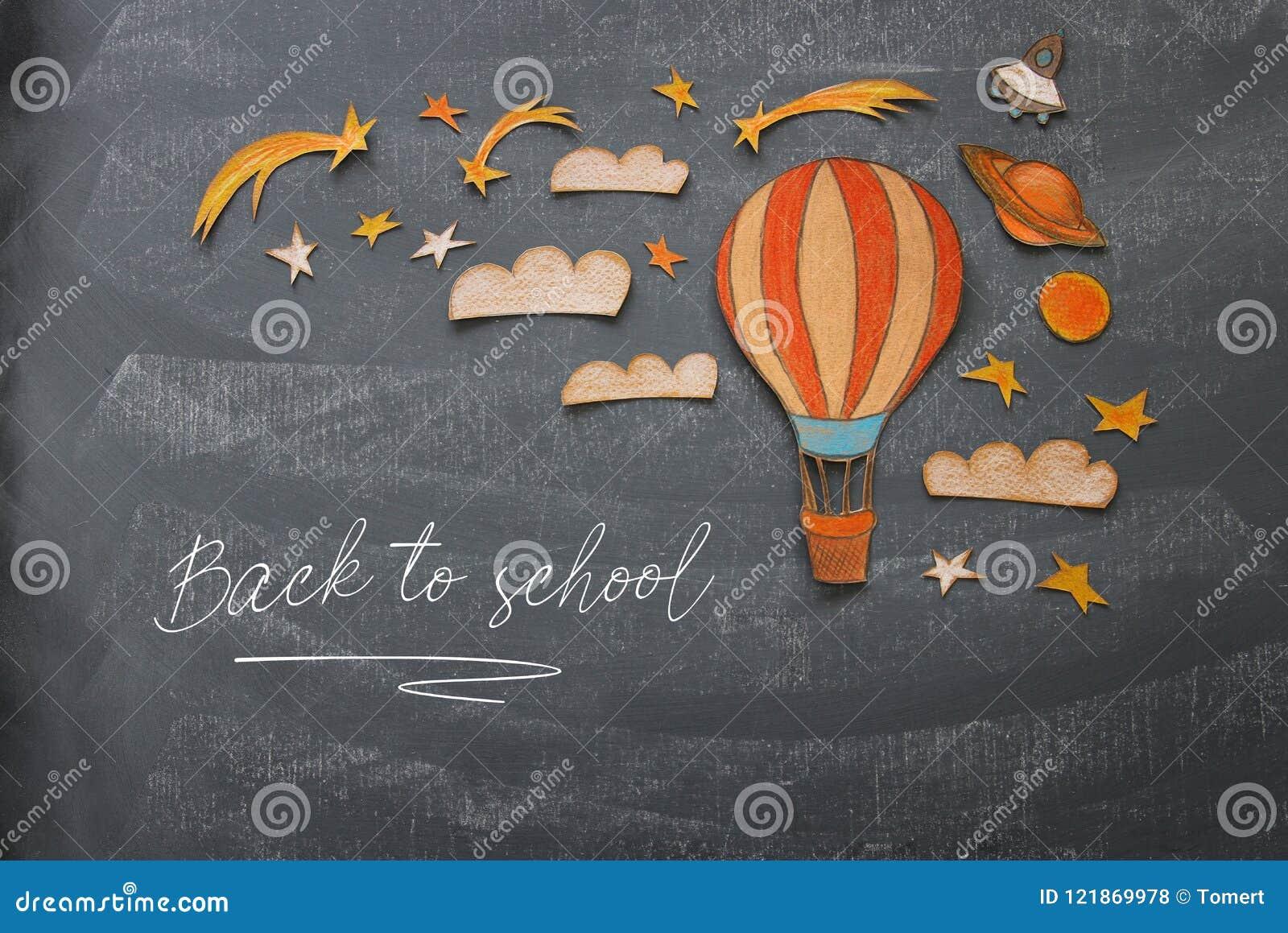De volta ao conceito da escola Balão de ar quente, corte das formas dos elementos do espaço do papel e pintado sobre o fundo do q