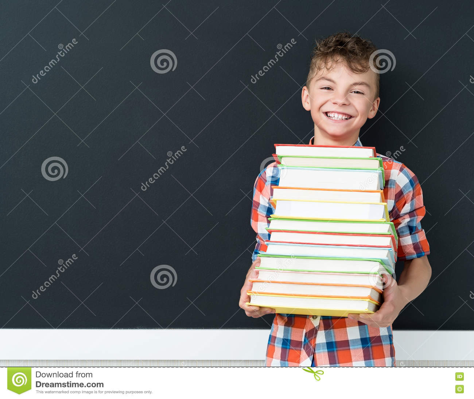 De volta ao conceito da escola - estudante com livros