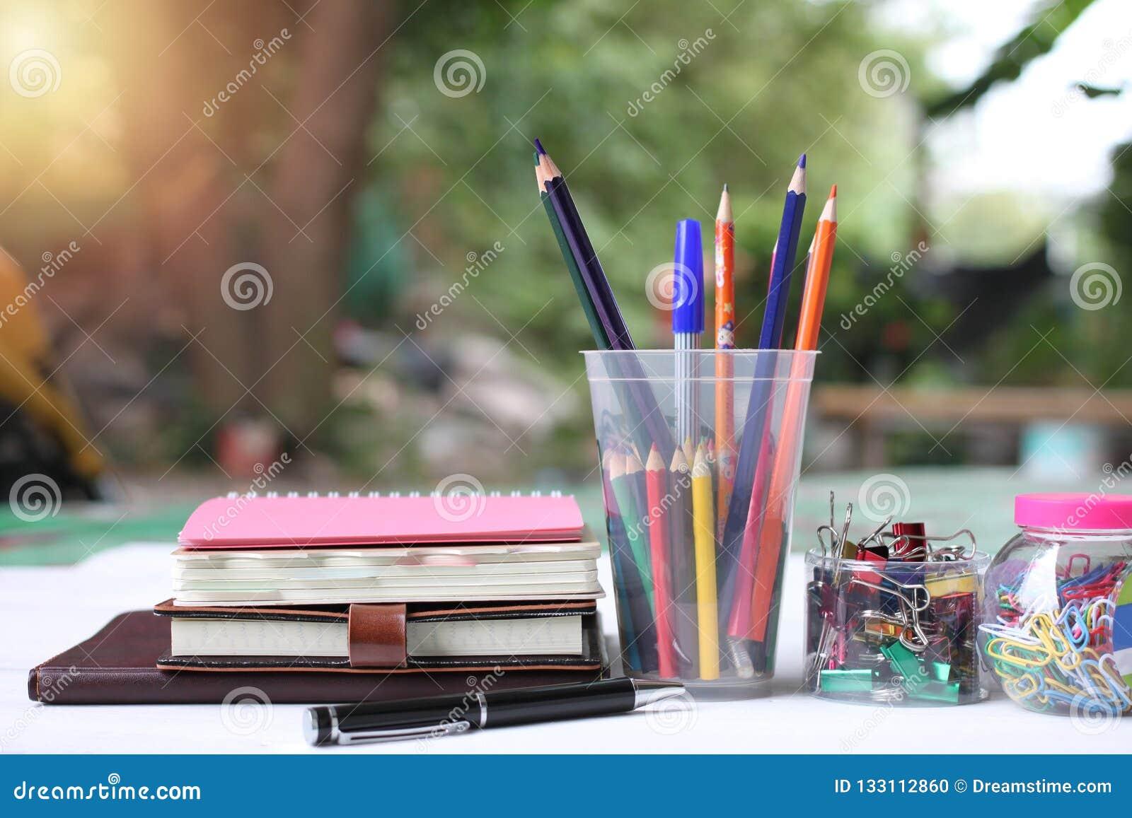 De volta ao conceito da escola Livros e fontes no assoalho de madeira branco