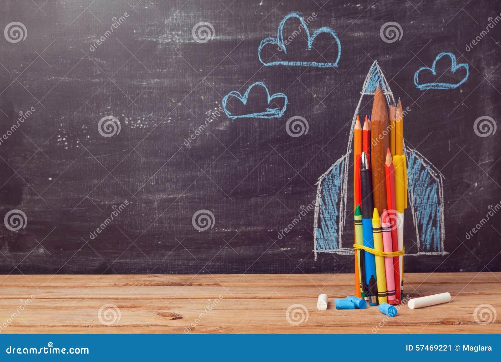 De volta ao fundo da escola com o foguete feito dos lápis coloridos