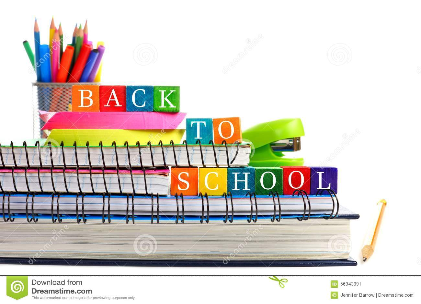 De volta aos blocos de madeira do brinquedo da escola em livros com fontes de escola