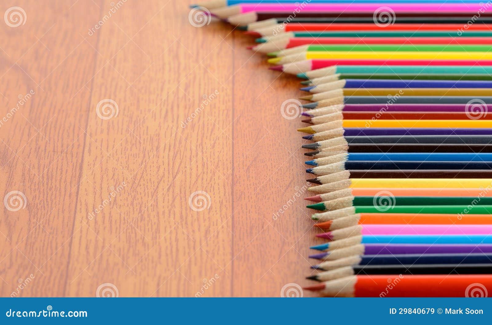 Lápis da cor no assoalho de madeira