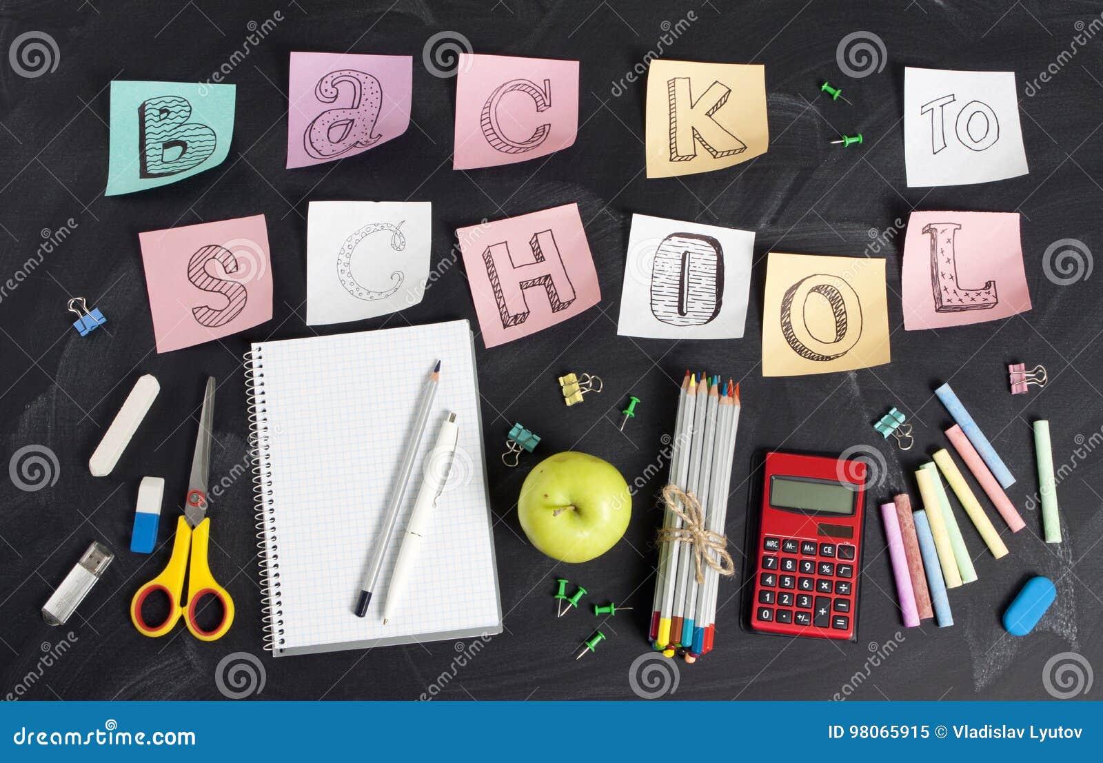 ` De volta a ` da escola escrito à mão com fontes de escola em um fundo preto Vista superior
