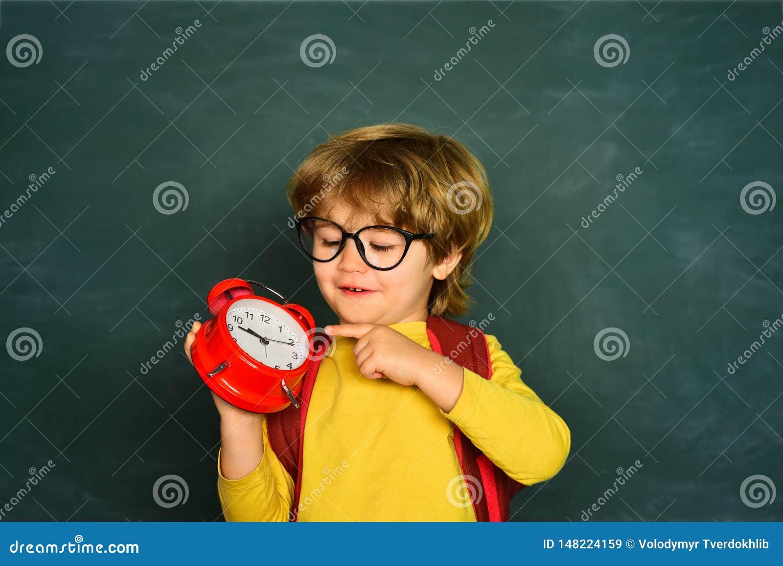 De volta ? escola Ansiedade do despertador tarde Alarme do pulso de disparo da terra arrendada do menino da criança