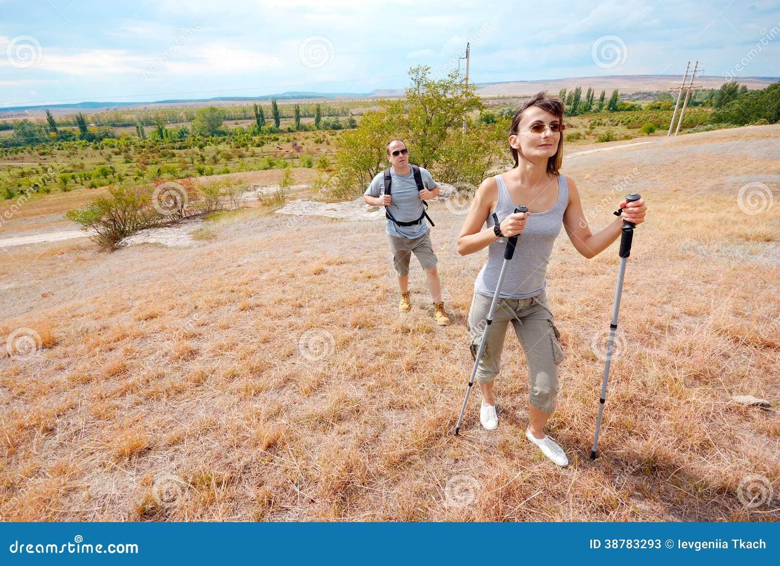 De volwassen man en de vrouw wandelen