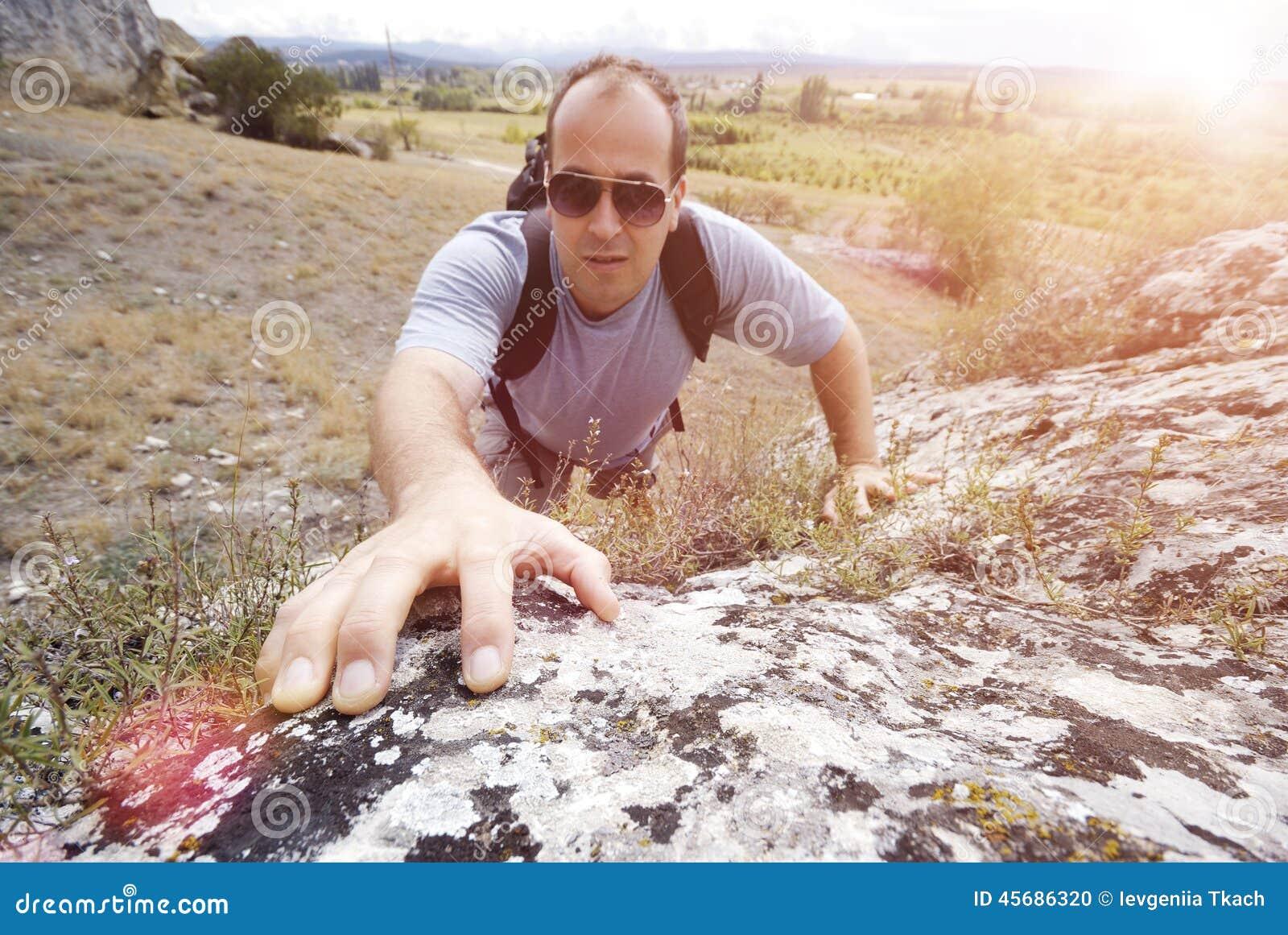 De volwassen mens beklimt een berg