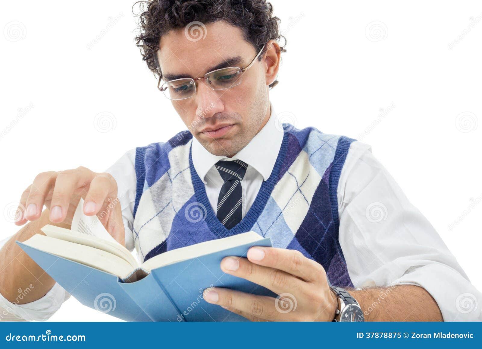 De volwassen mens die in trui met glazen en leest boek zitten