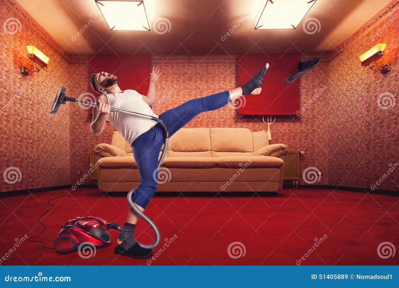 De volwassen reinigingsmachine van mensen dansende withvacuum