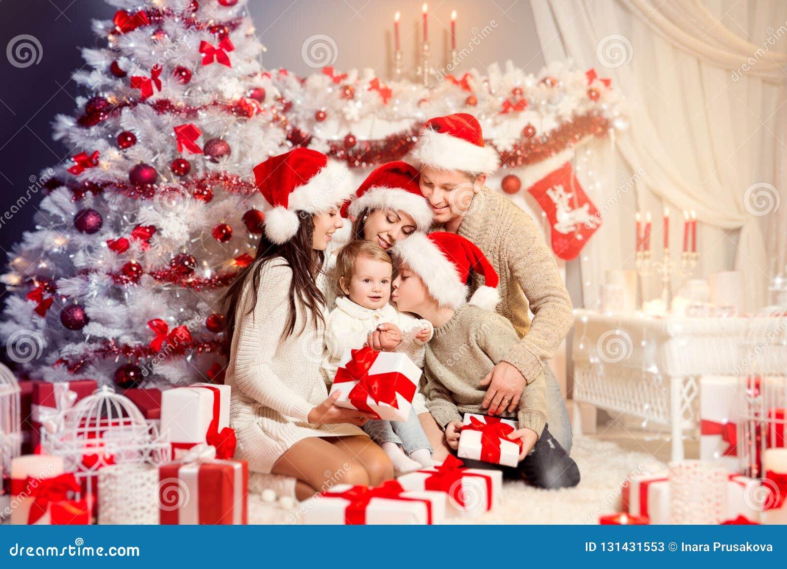 De Voorzijde die van de Kerstmisfamilie van Kerstmisboom Huidige Giften, Gelukkige Vader Mother Children openen