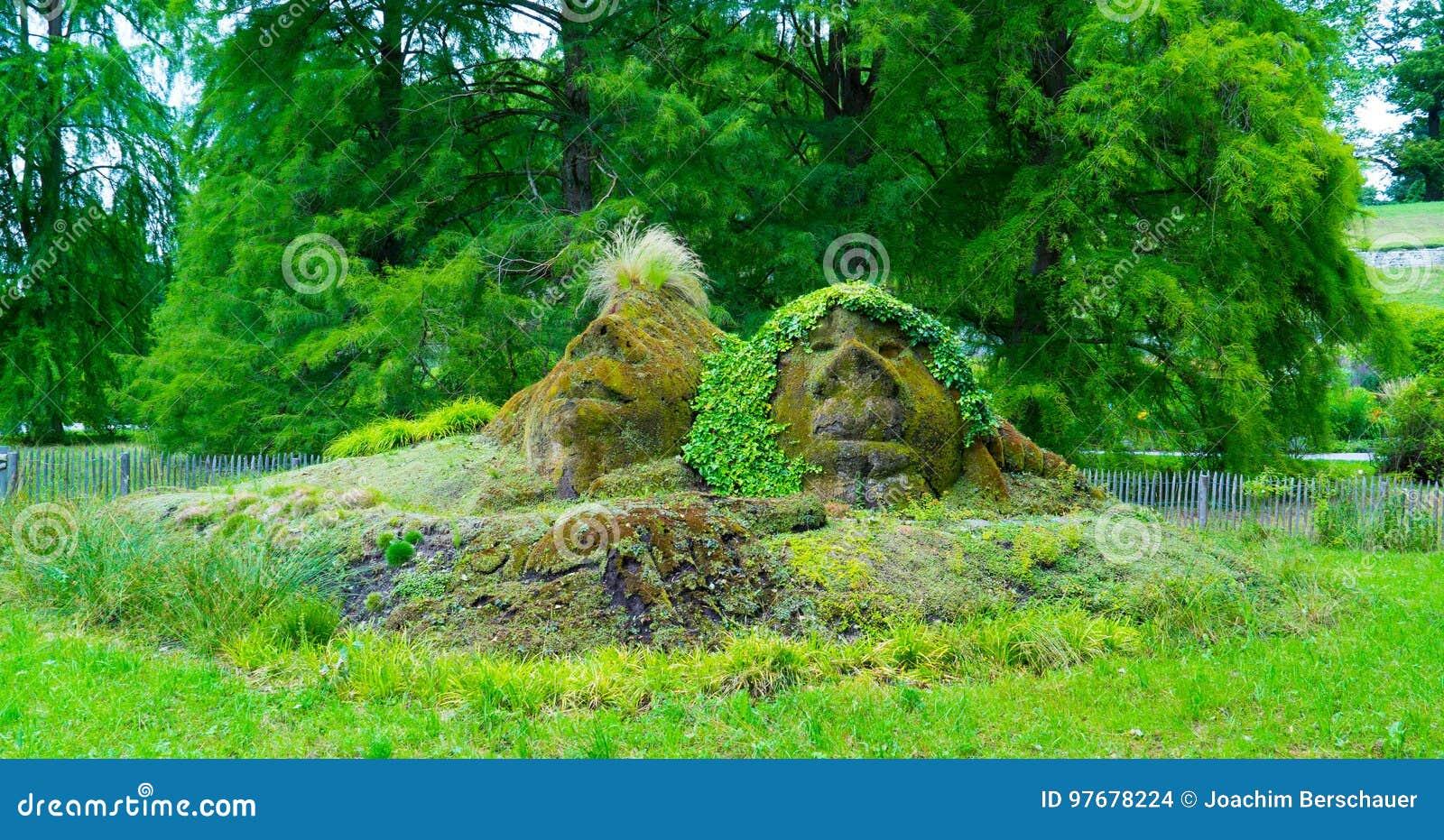 De vorm van twee gezichten in het gras op het Eiland Mainau in het centrum van Europa