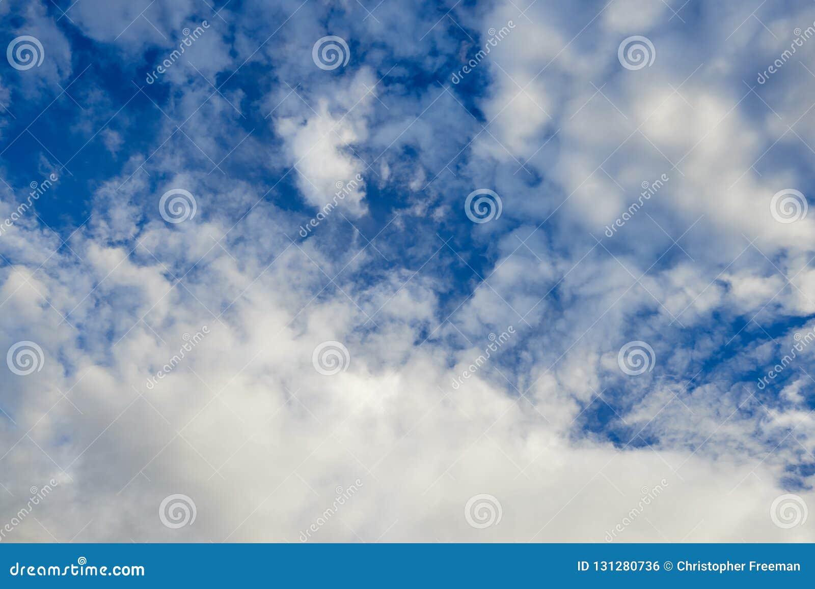 De vormingen van de Stratocumuluswolk en een briljant hemelhoogtepunt van gezichten