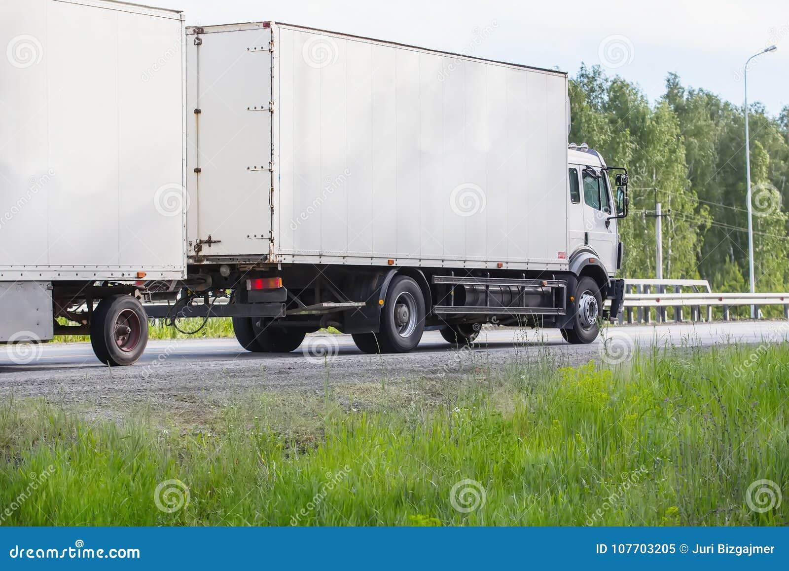 Download De Vrachtwagen Gaat Op De Weg Stock Afbeelding - Afbeelding bestaande uit ontruim, shipping: 107703205