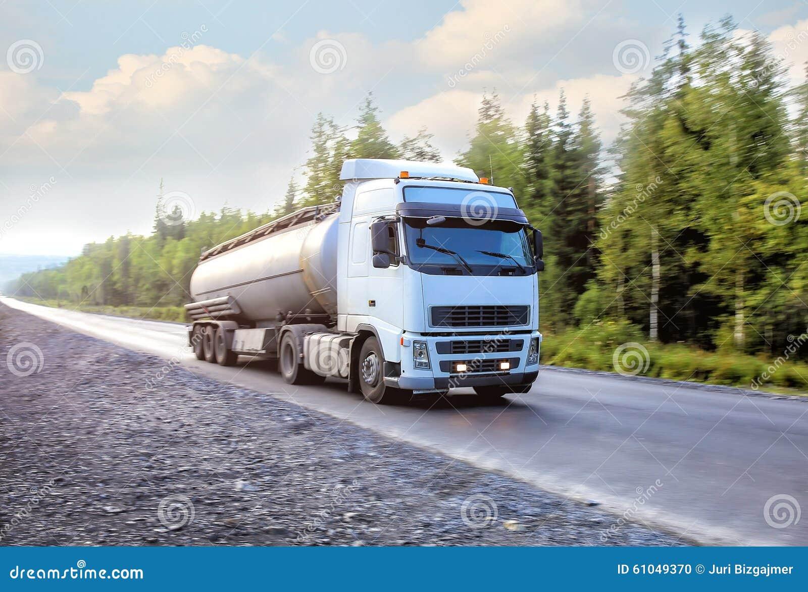 De vrachtwagen van de gashouder gaat op weg