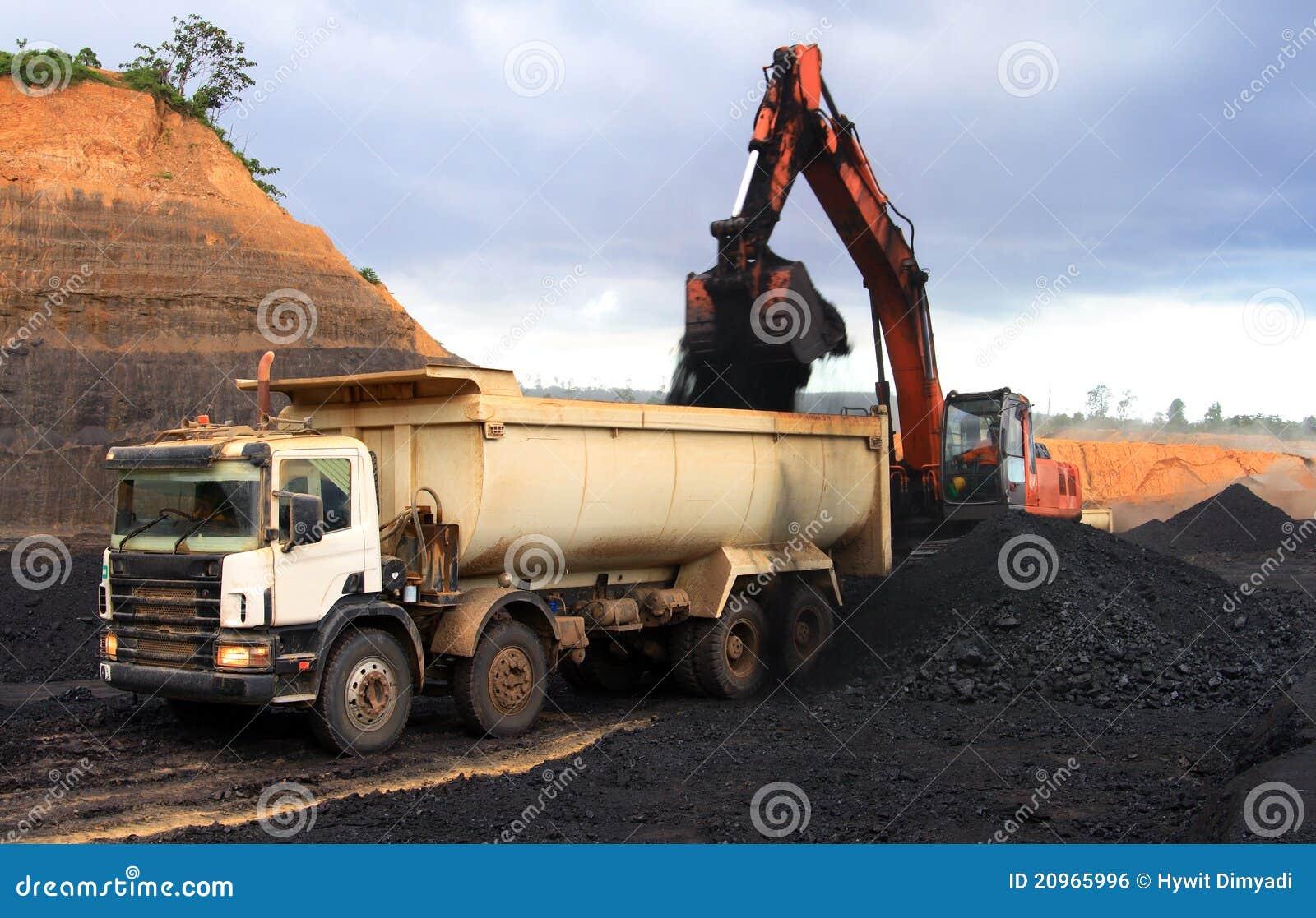 De vrachtwagen van de stortplaats bij mijnbouwplaats