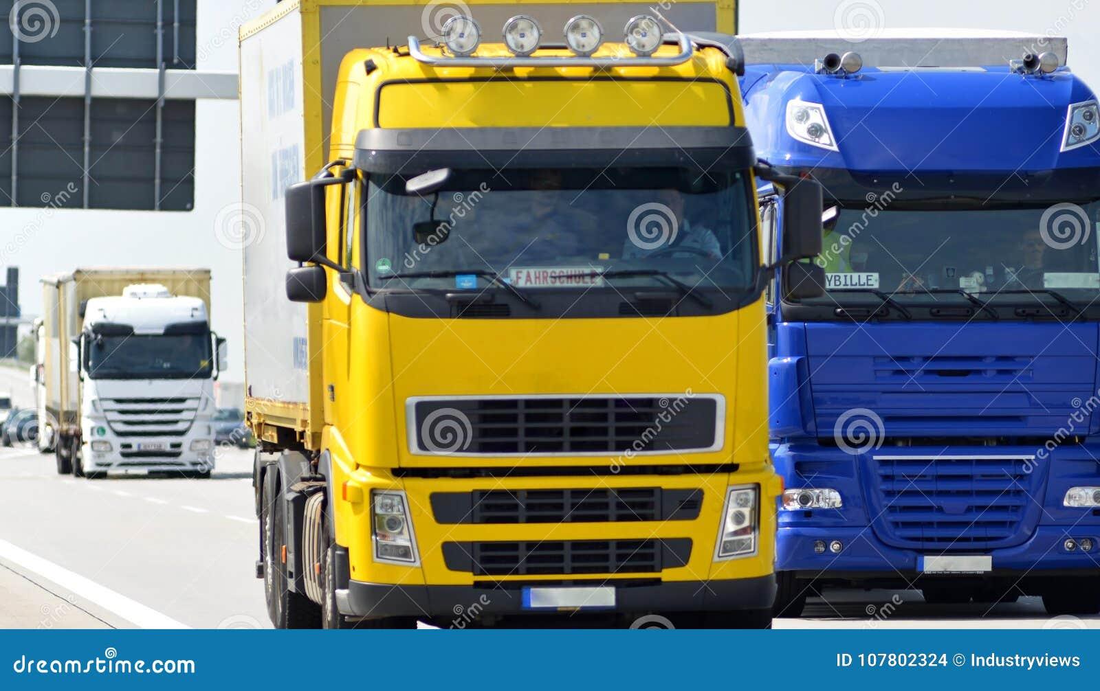 De vrachtwagen vervoerden goederen door weg - het verschepen en logistiek