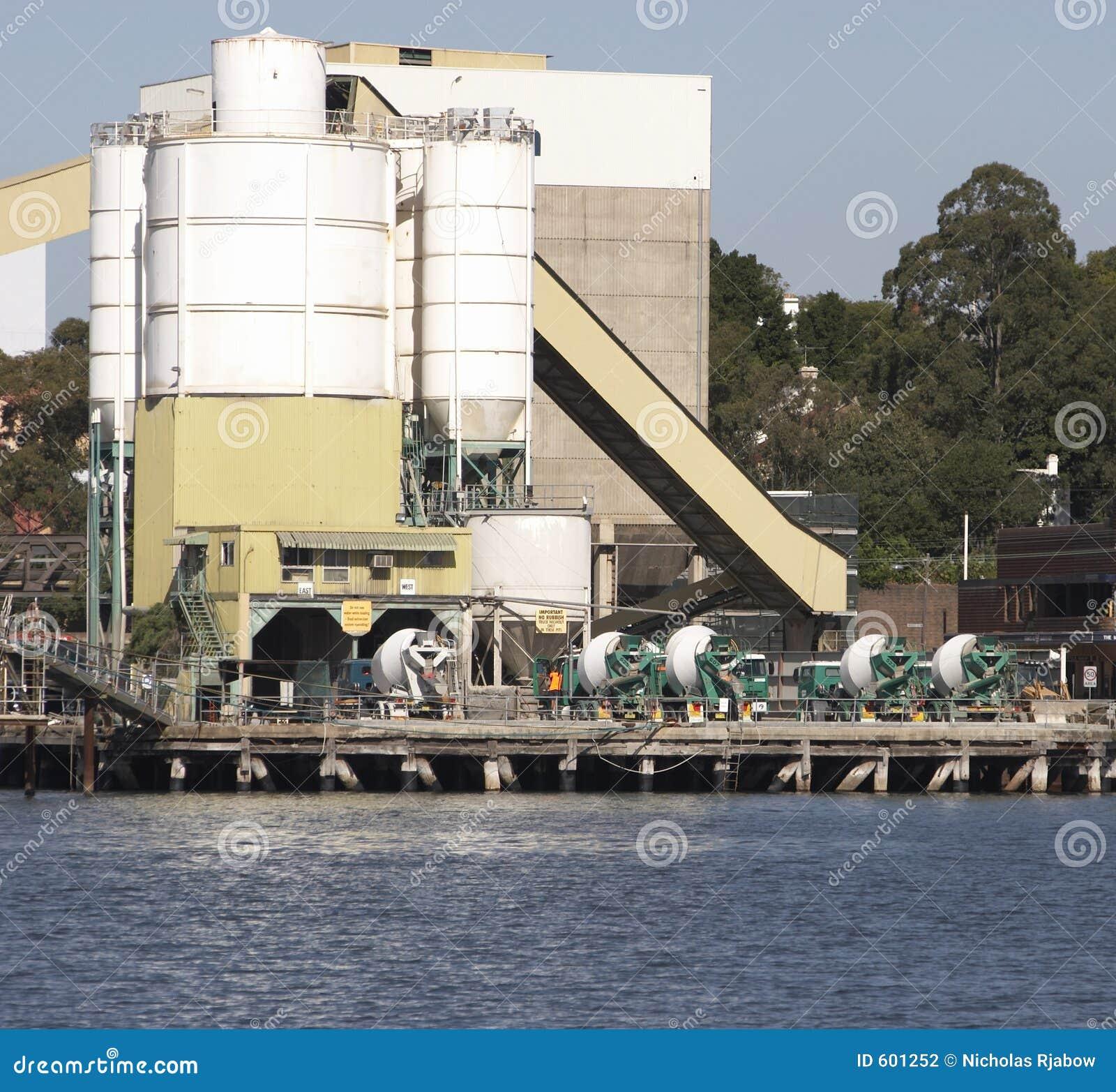 De Vrachtwagens van het cement