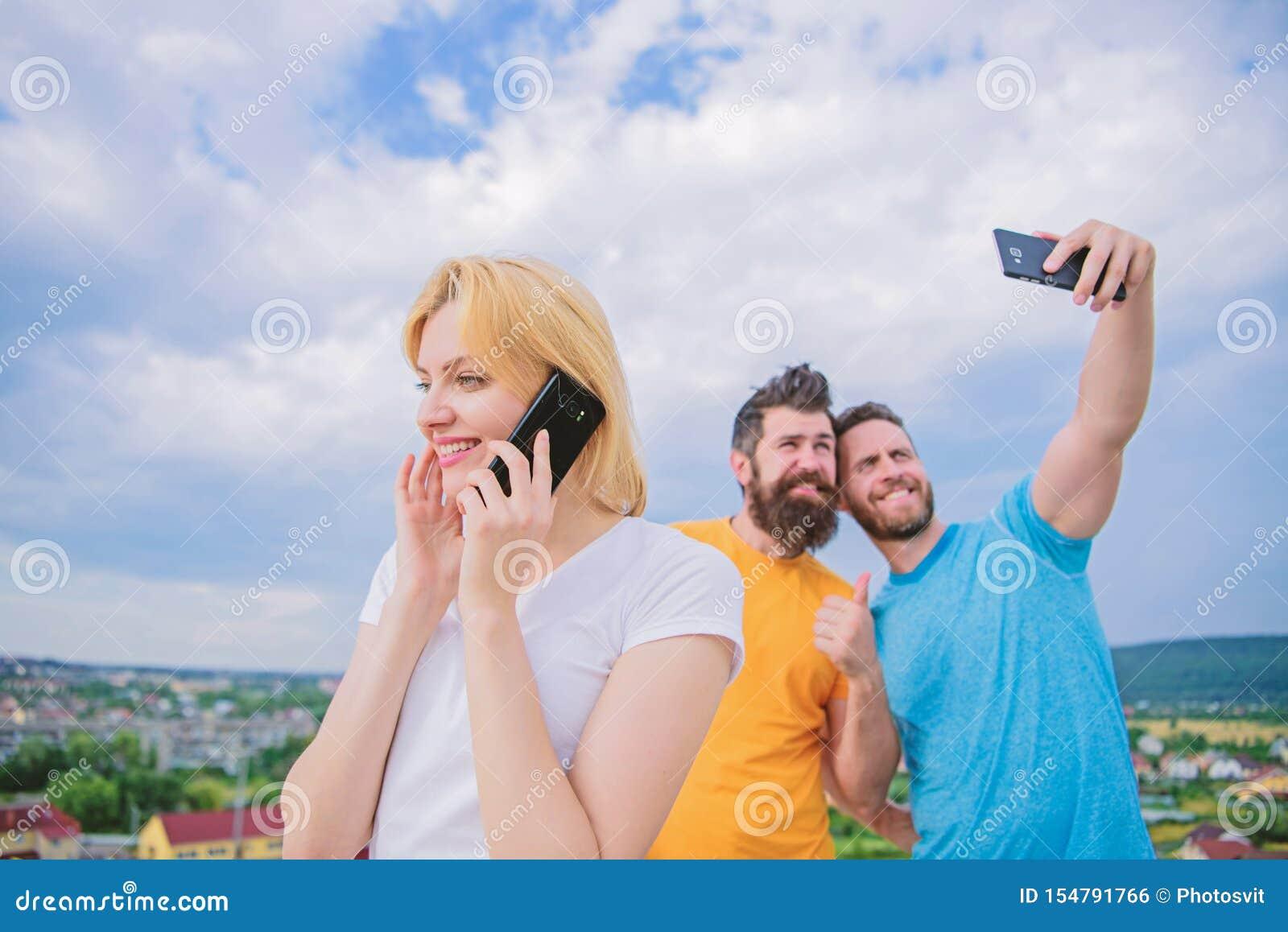 De vrienden die pret op dak hebben, nemen selfie E