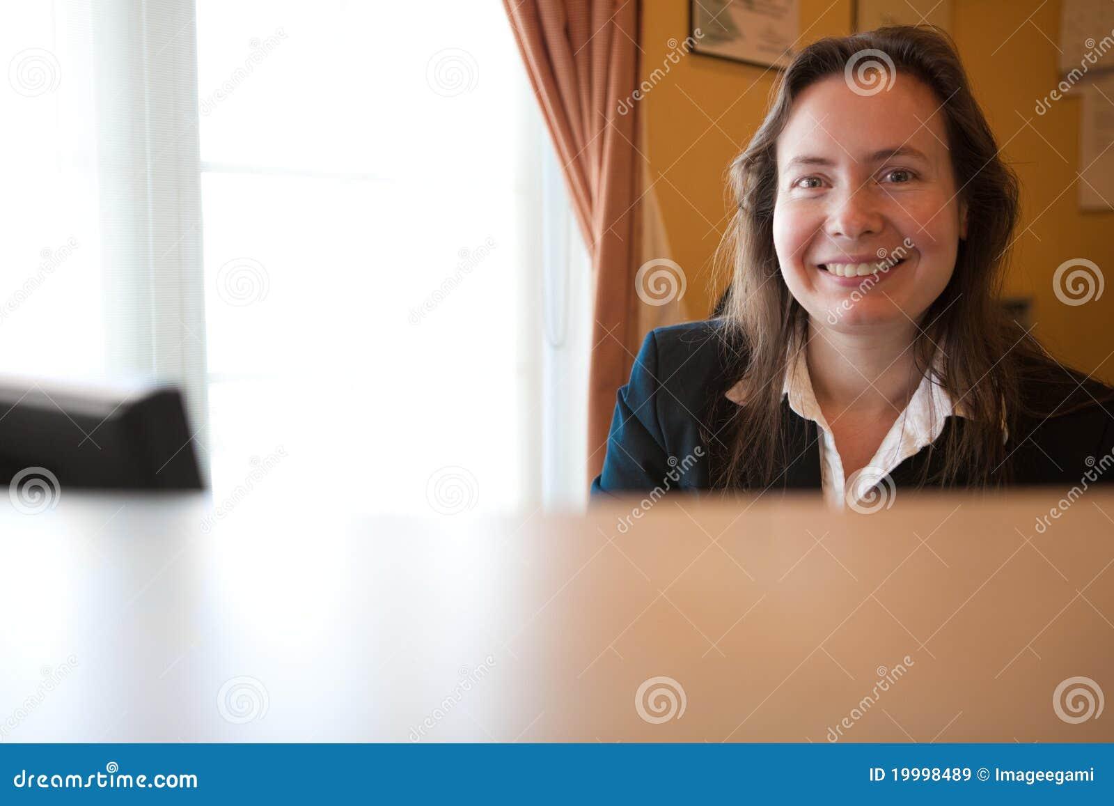 De vriendschappelijke agent van de klantendienst