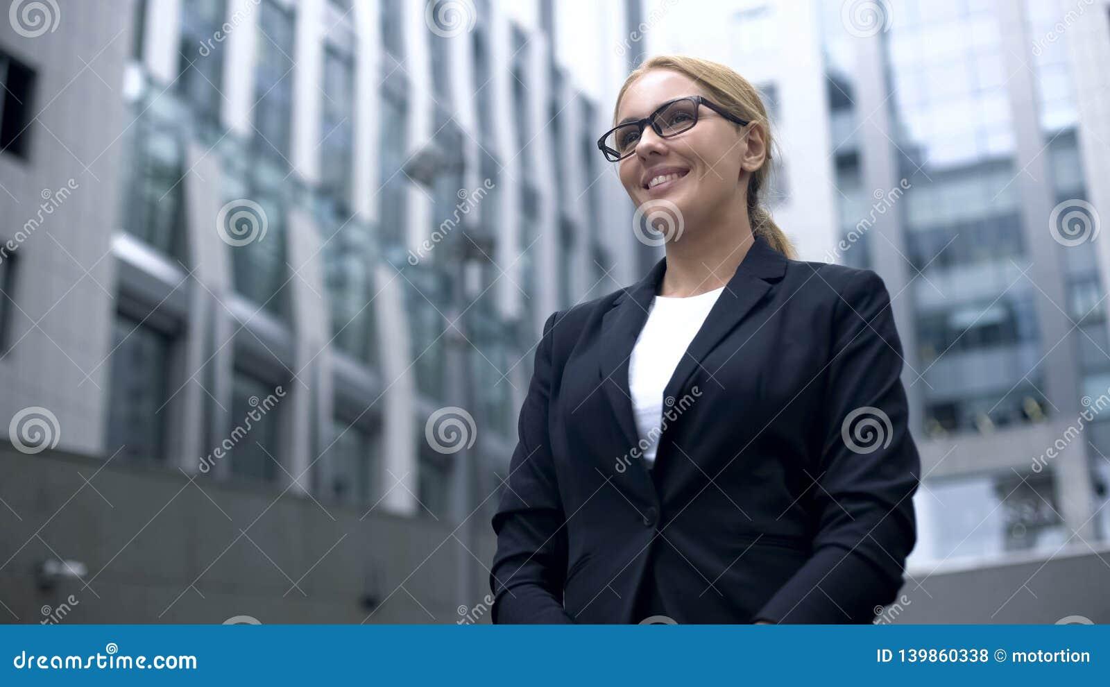 De vriendschappelijke vrouw in kostuum ontmoet buitenlandse partners, tolk of stewardess