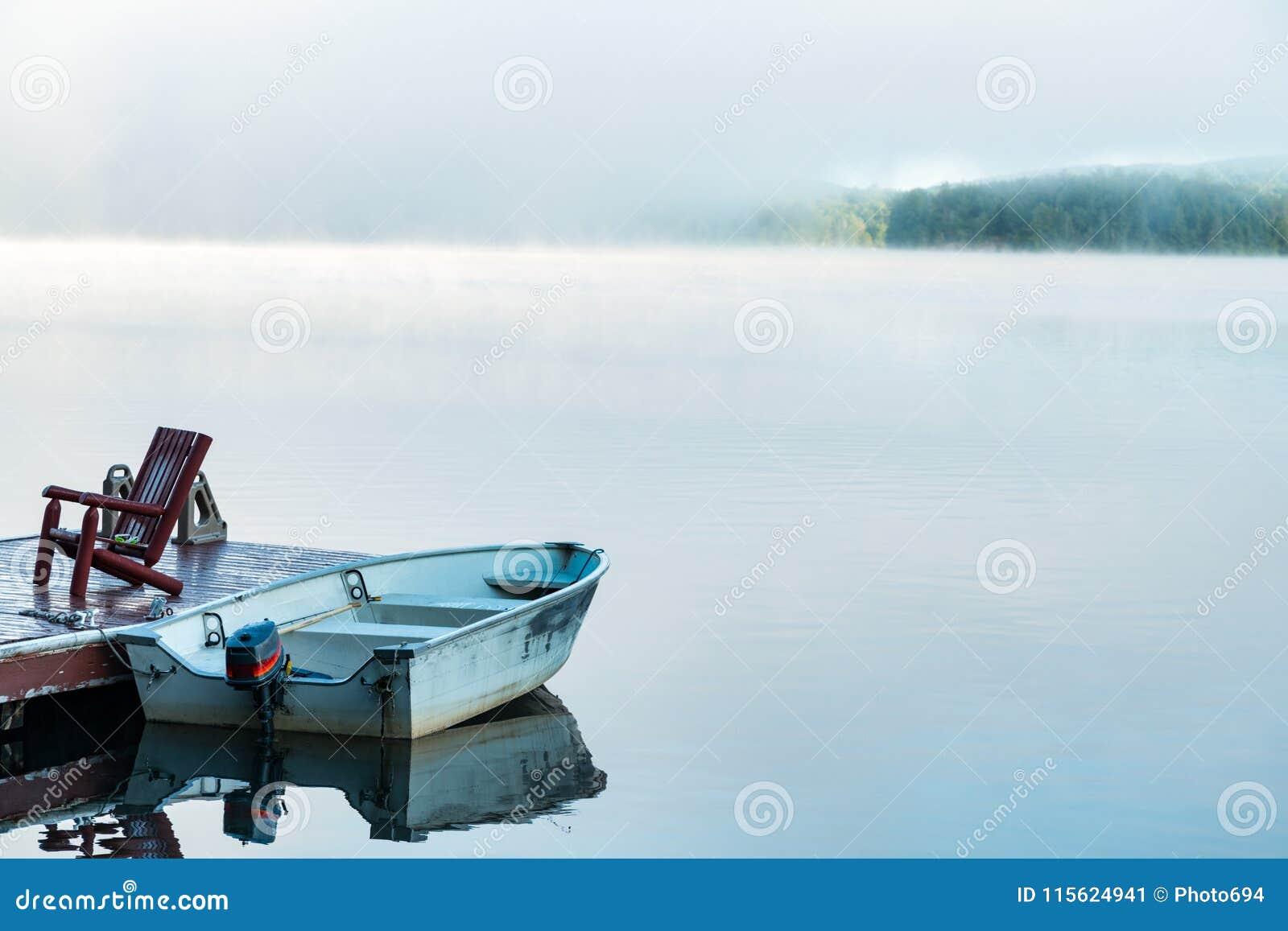 De vroege opheldering van de ochtendmist van een klein meer