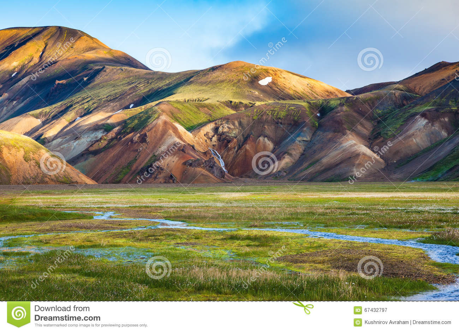 De vroege zomerochtend in Landmannalaugar, IJsland