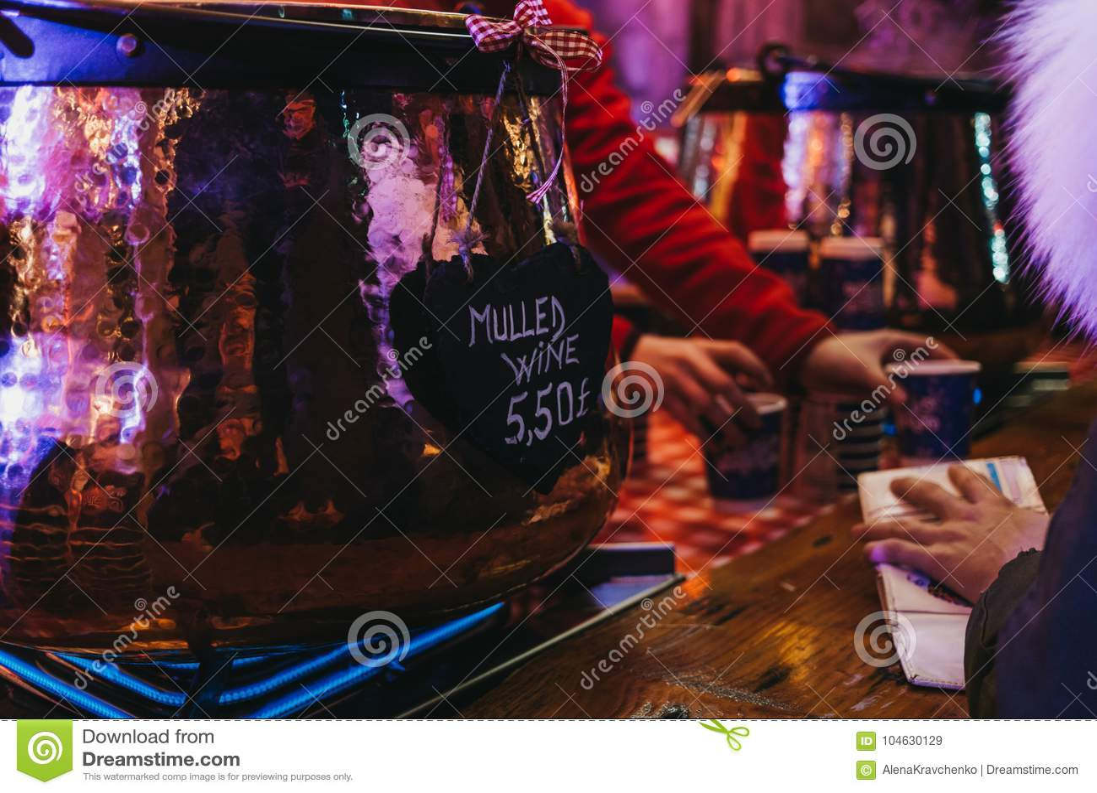 Download De Vrouw Betaalt Voor Overwogen Wijn Bij Een Box In De Wintersprookjesland, Londen, Het UK Redactionele Stock Afbeelding - Afbeelding bestaande uit eerlijk, overwogen: 104630129