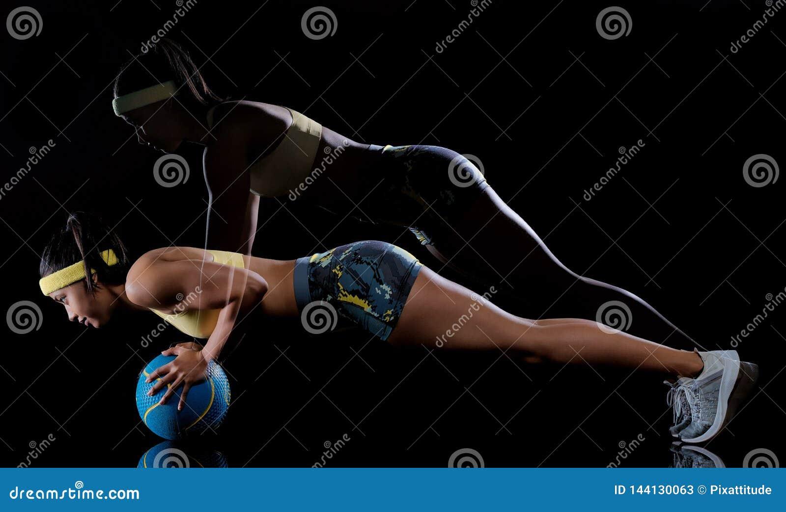 De vrouw die geschiktheidsoefeningen uitoefenen isoleerde zwart lightpainting effect als achtergrond