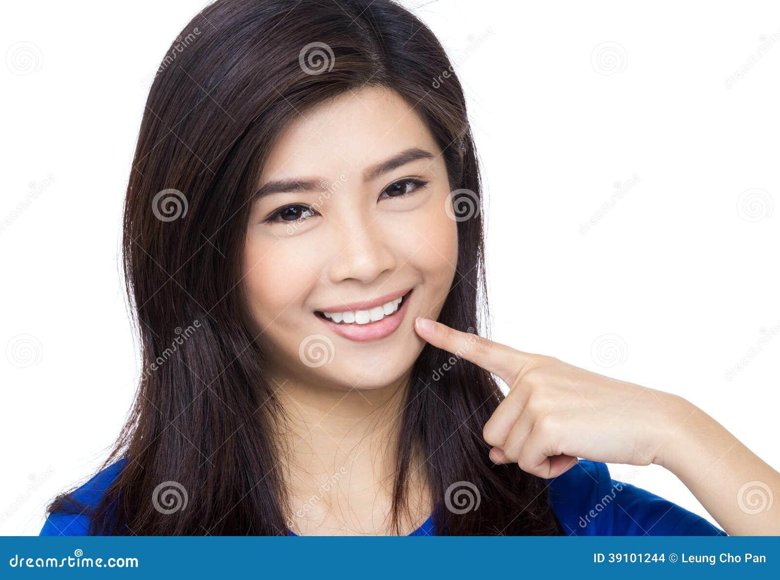 De vrouw die van Azië aan haar mond richten