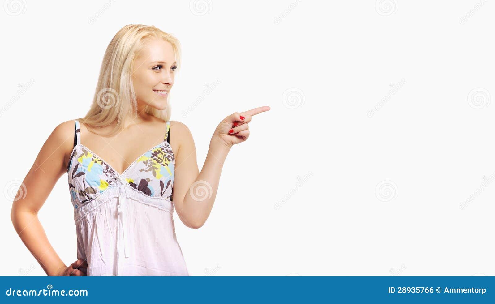 De Vrouw die van de blonde op een Lege Ruimte van de Advertentie richten