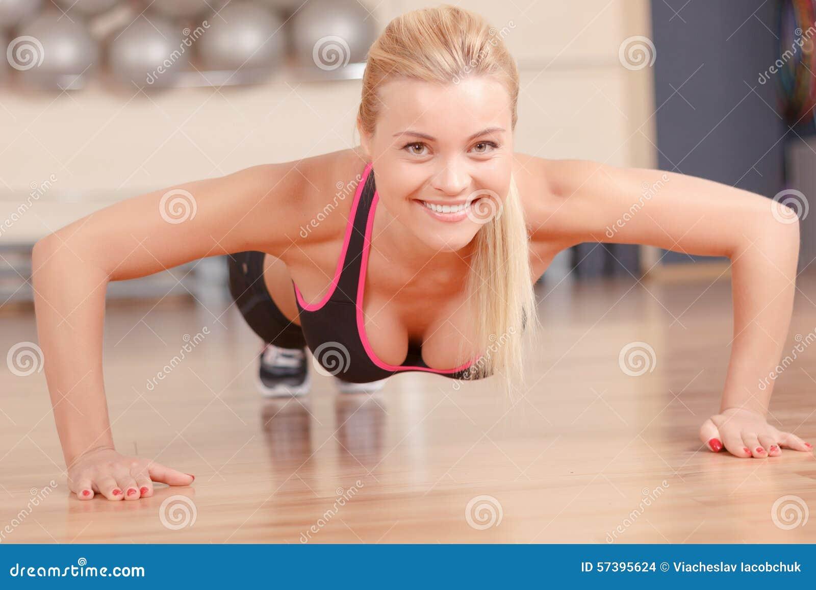 De vrouw die van Nice duw UPS in gymnastiek doen