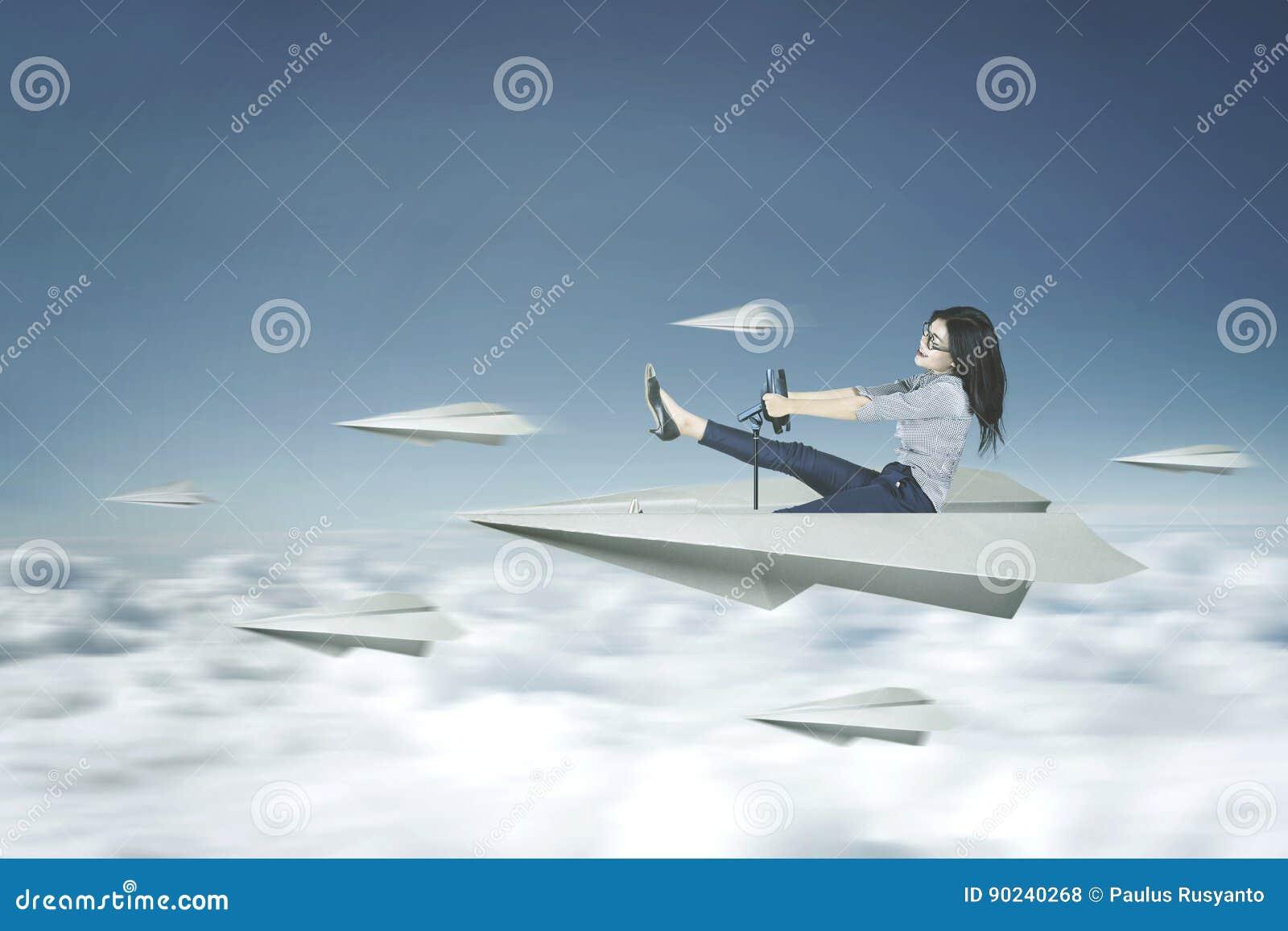 De vrouw drijft een document vliegtuig