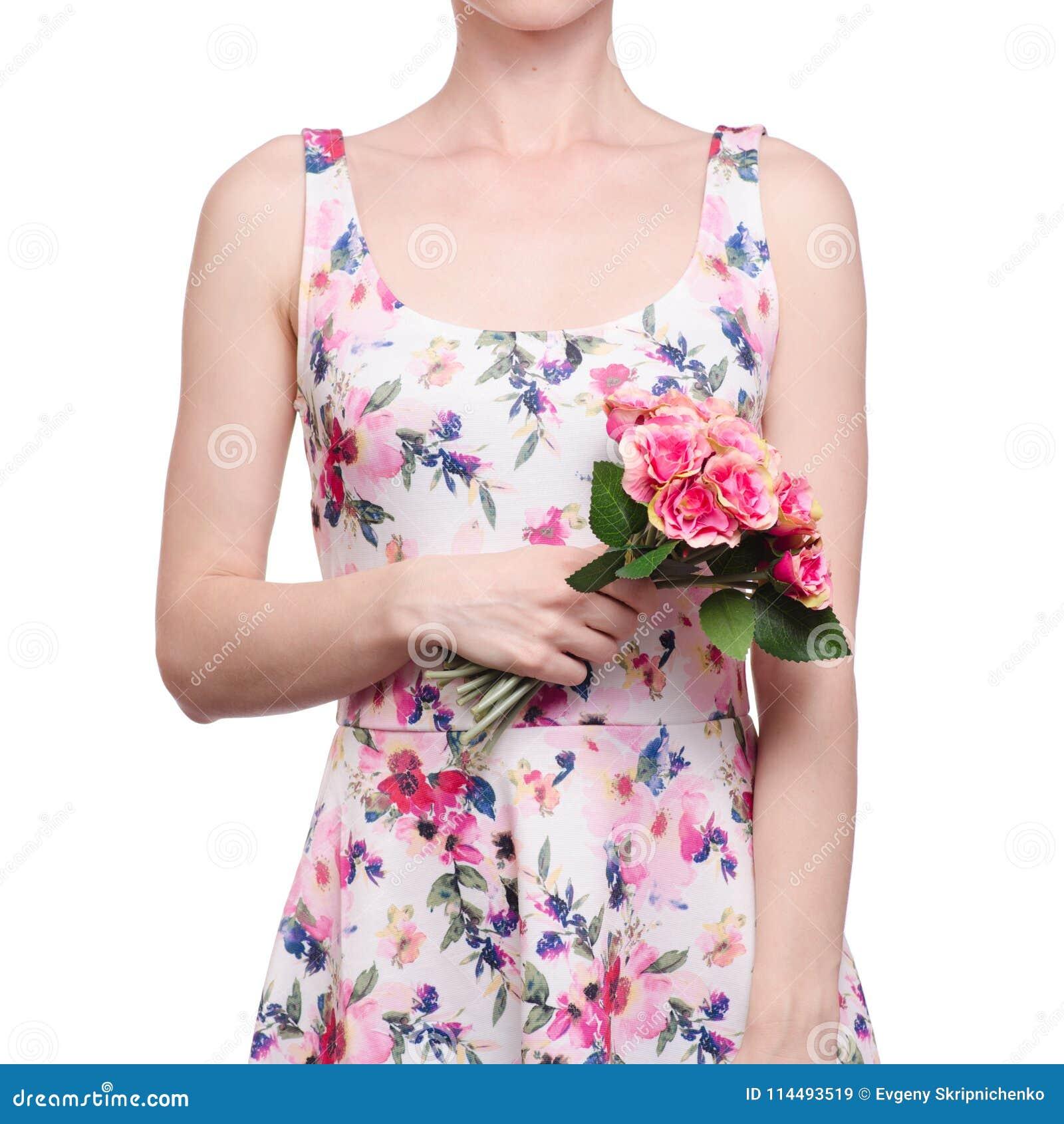 De vrouw in een kledings bloemendruk in de handen bloeit de de lentezomer