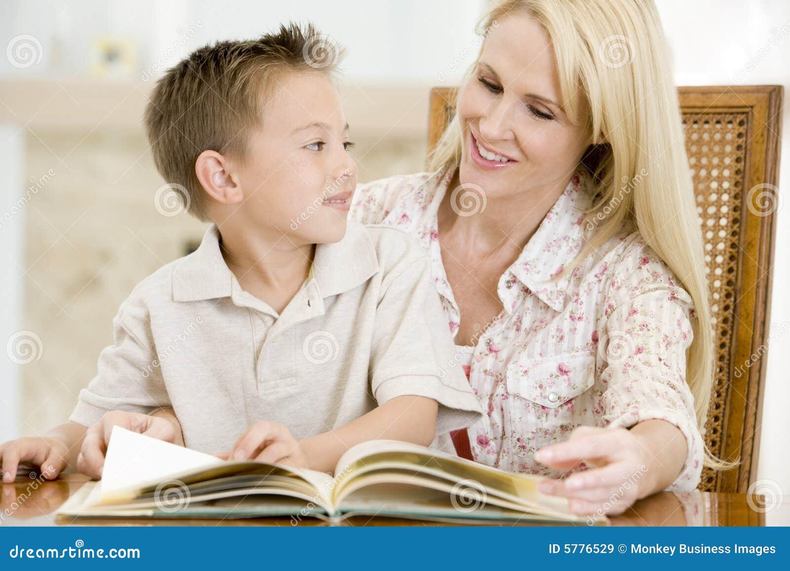 De vrouw en de jonge jongenslezing boeken in eetkamer