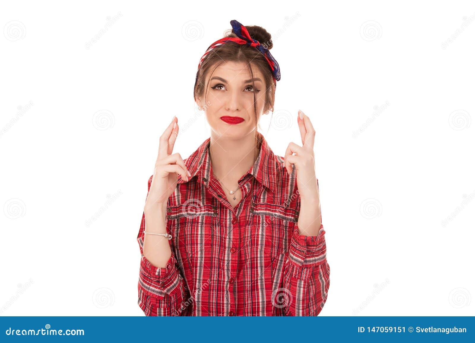 De vrouw enthousiast om de concurrentie te winnen, houdt vingers gekruist zoals wacht op resultaten