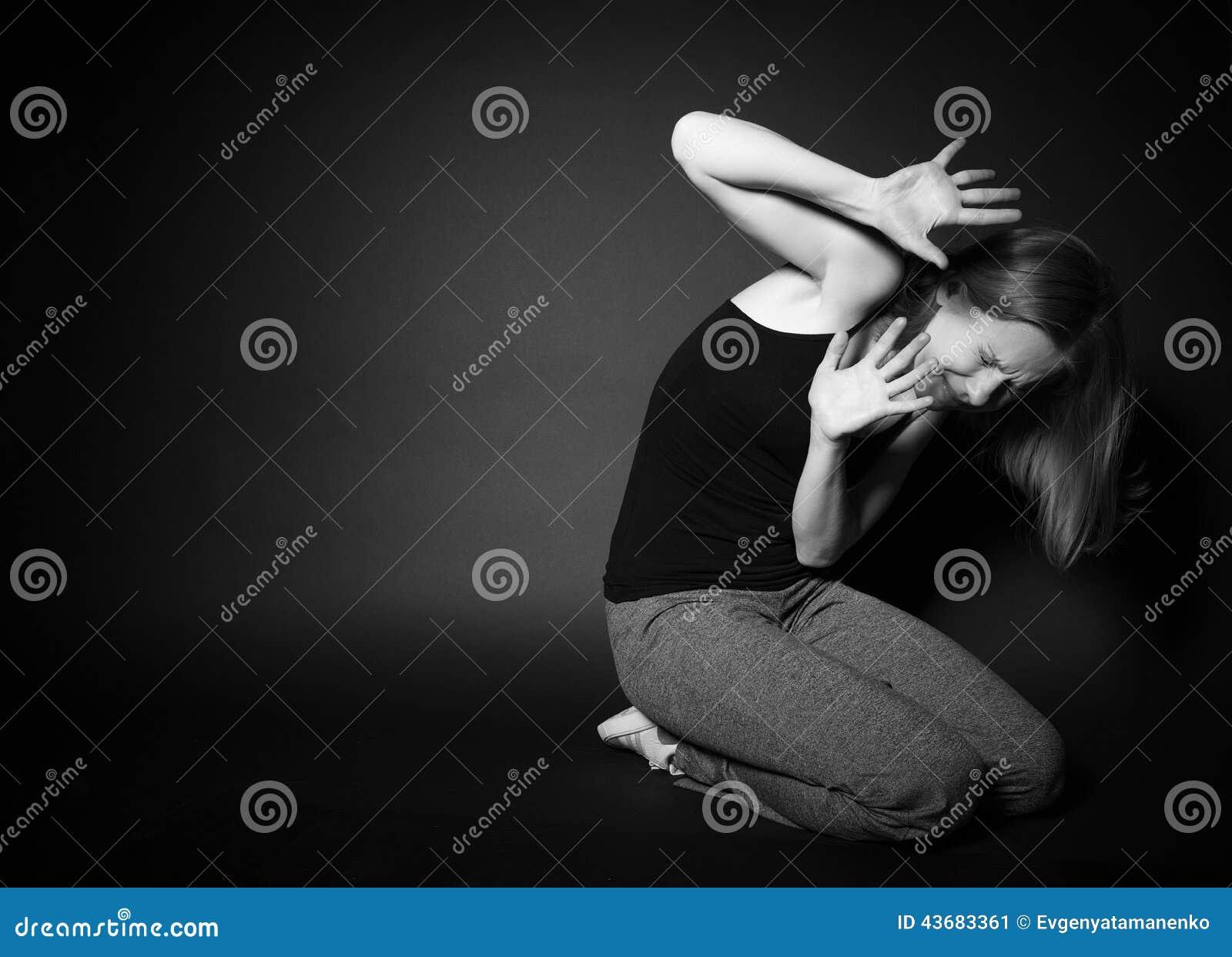 De vrouw ervaart depressie, vrees, wanhoop, eenzaamheid