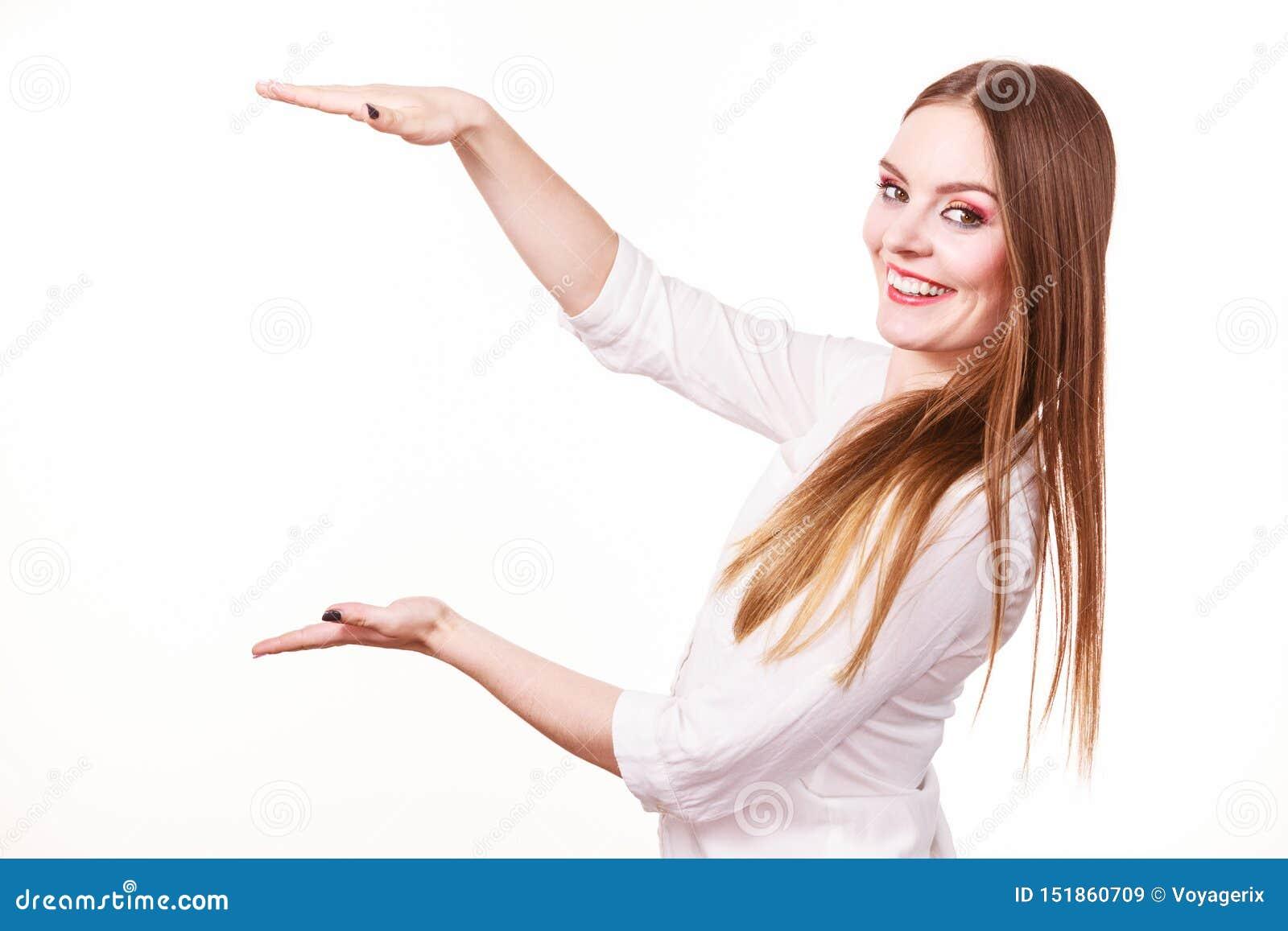 De vrouw gebruikt handen om op gebied van kader, exemplaarruimte voor product te wijzen