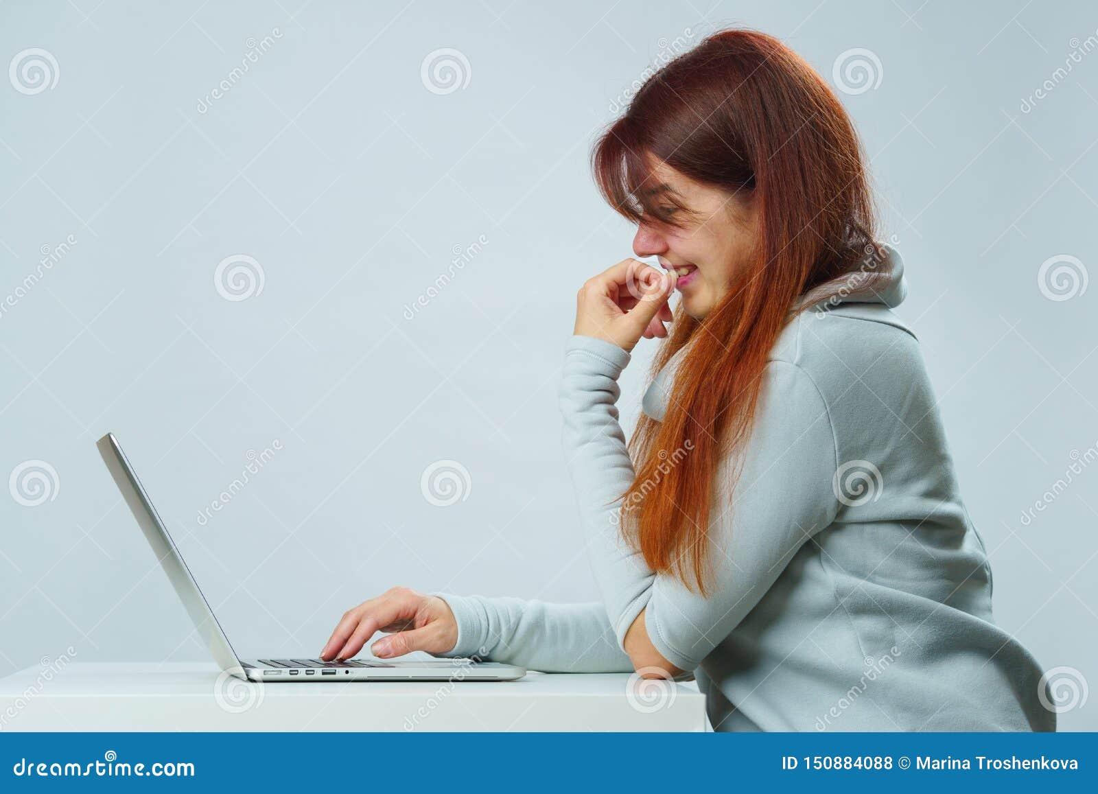 De vrouw gebruikt laptop voor mededeling in praatje of videopraatje Sociaal media concept