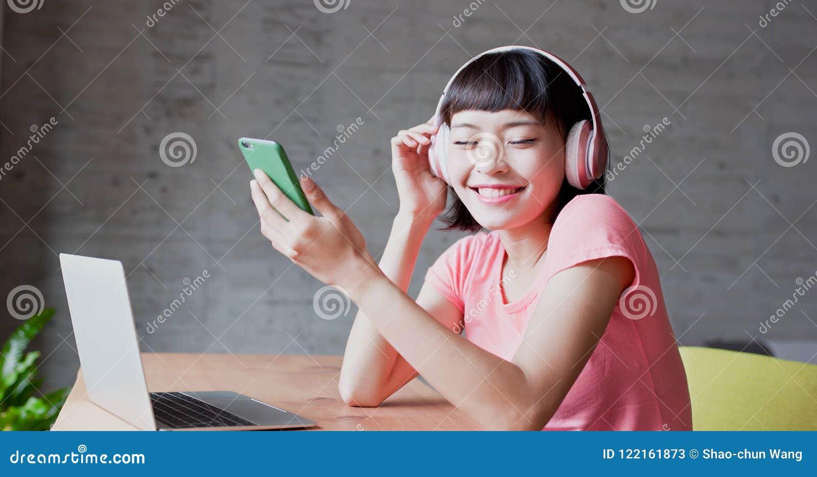 De vrouw geniet van luistert muziek