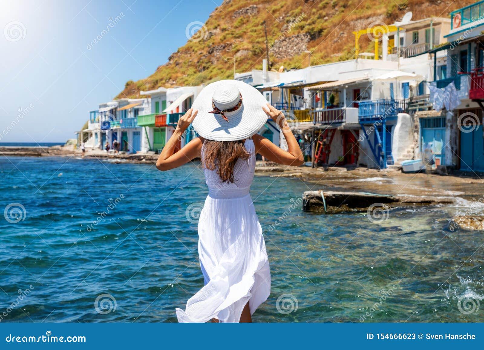 De vrouw geniet van de mening aan het visserijdorp van Klima op het Griekse Eiland Milos