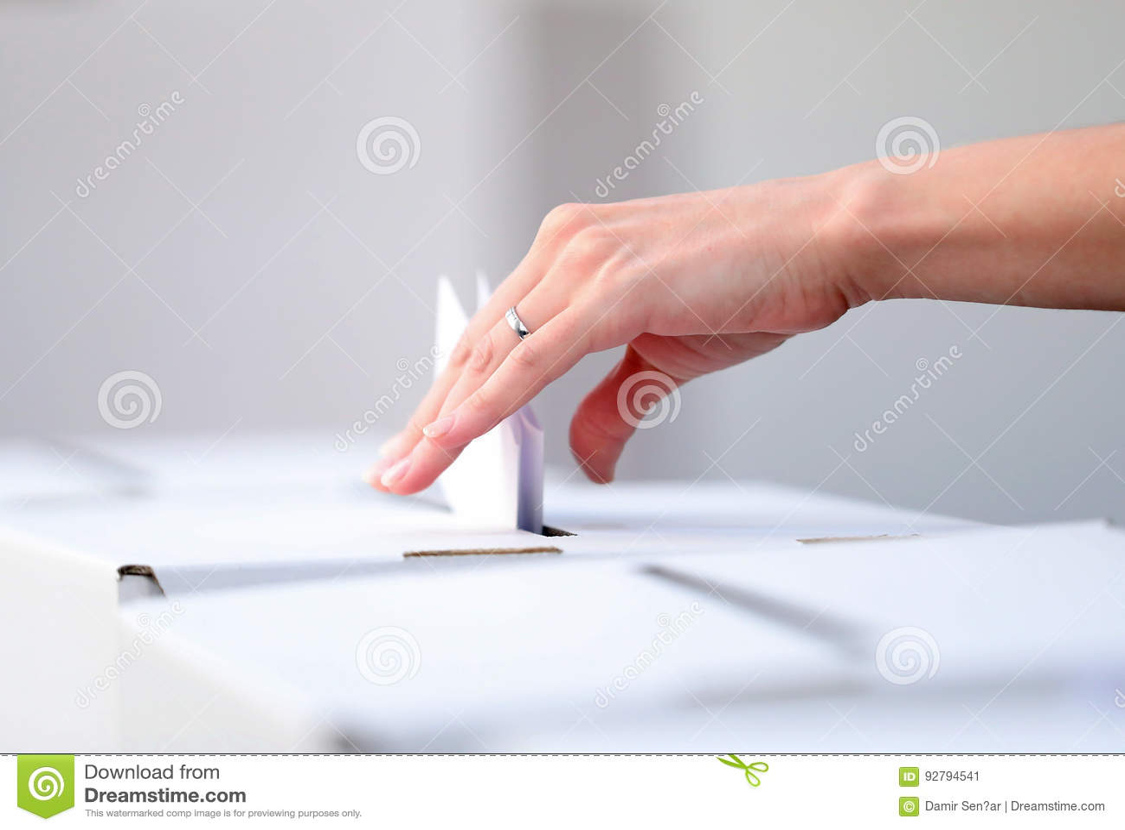 De vrouw giet haar stemming bij verkiezingen